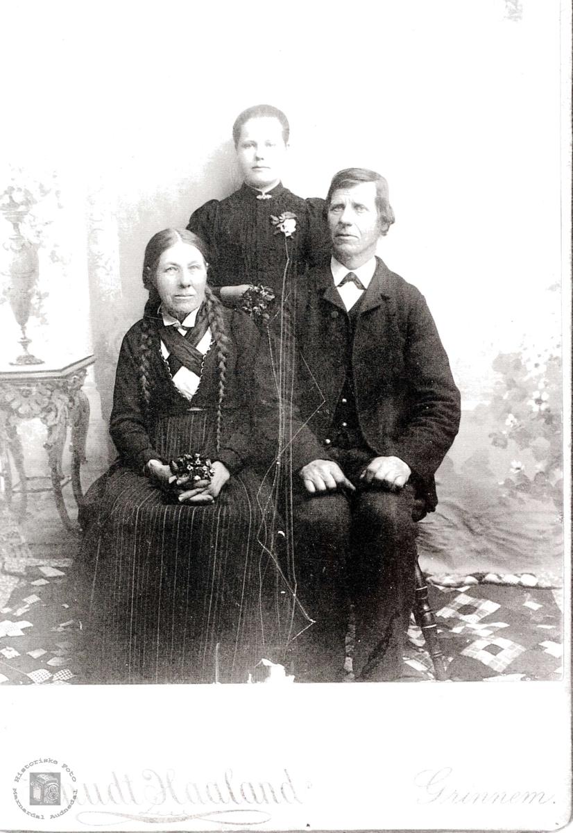 Familiebilde av Anna Haaland, Susanne Vårdal og Osuf Fugletveit.