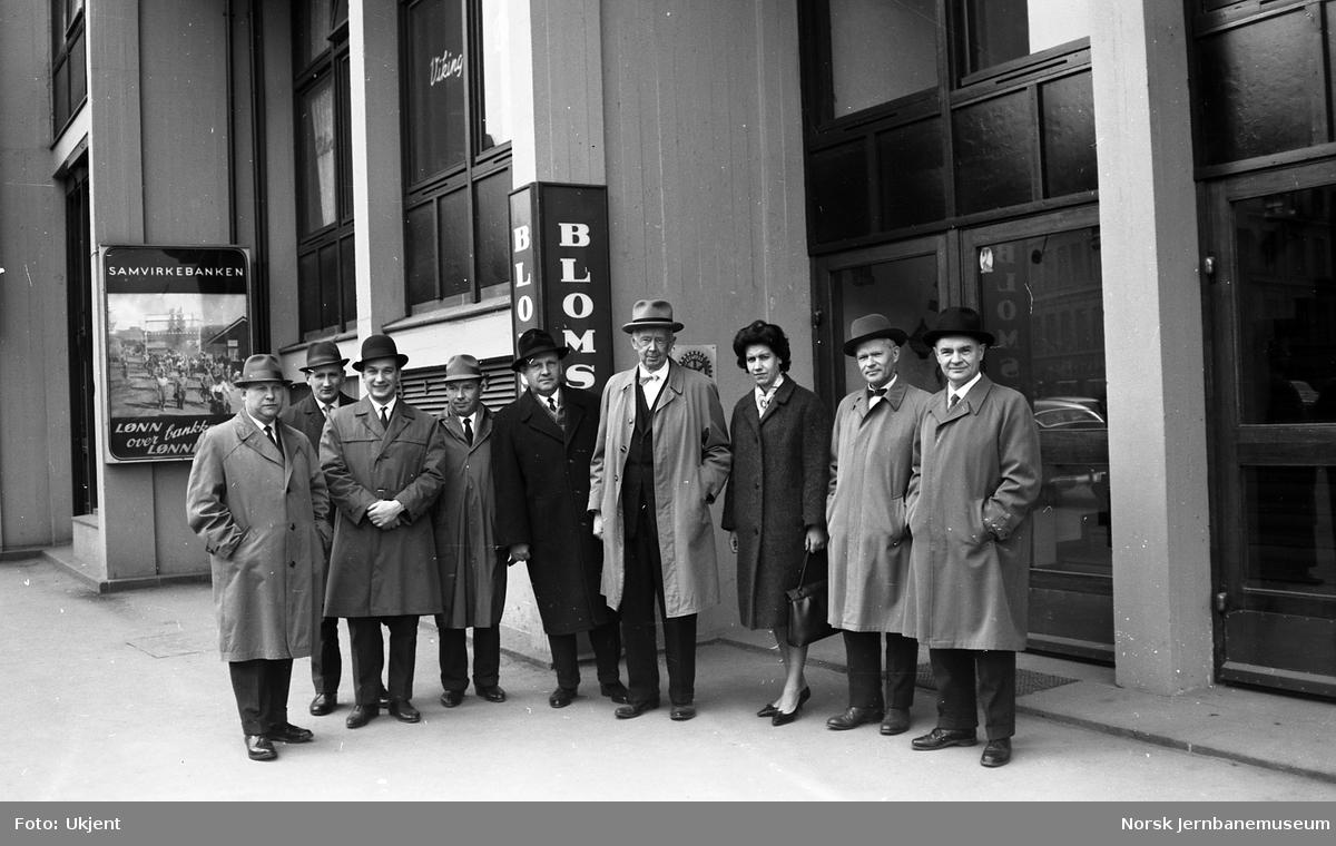 Gruppebilde av delegasjon i forbindelse med innsetting av sovjetisk sovevogn mellom Oslo og Moskva