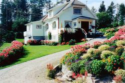 Blomstrende have ved huset til Astri og Torkel på Sveindal.