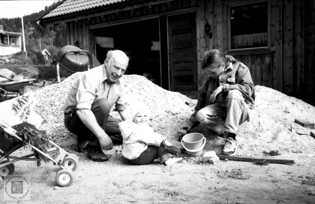 Leik i sandkassen på Mindrebø i Bjelland.