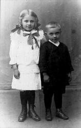Portrett av søsknene Kari og Olav Granli, Bjelland
