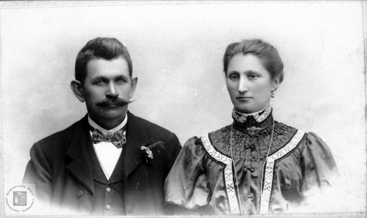 Portrett av ukjent ektepar trolig fra Laudals eller Konsmoområdet.
