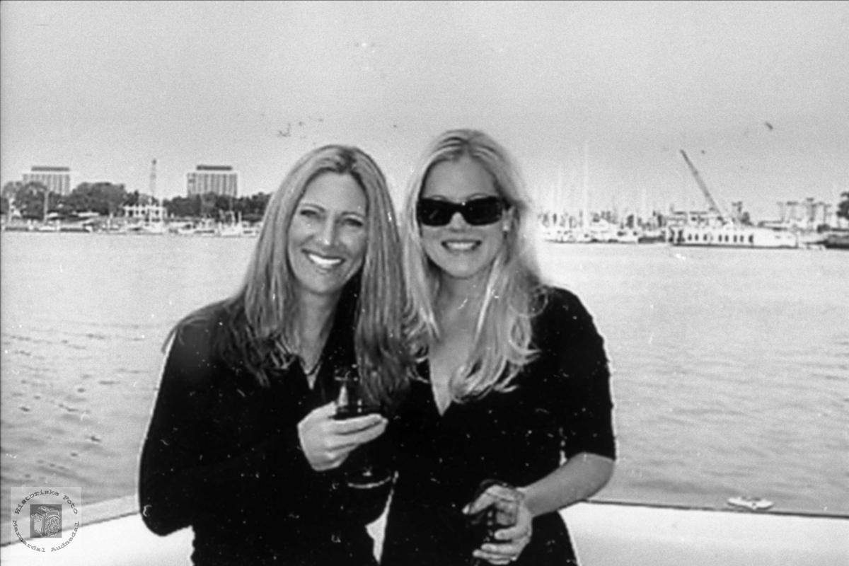 To søstre Amber og Jennifer Abelsett.
