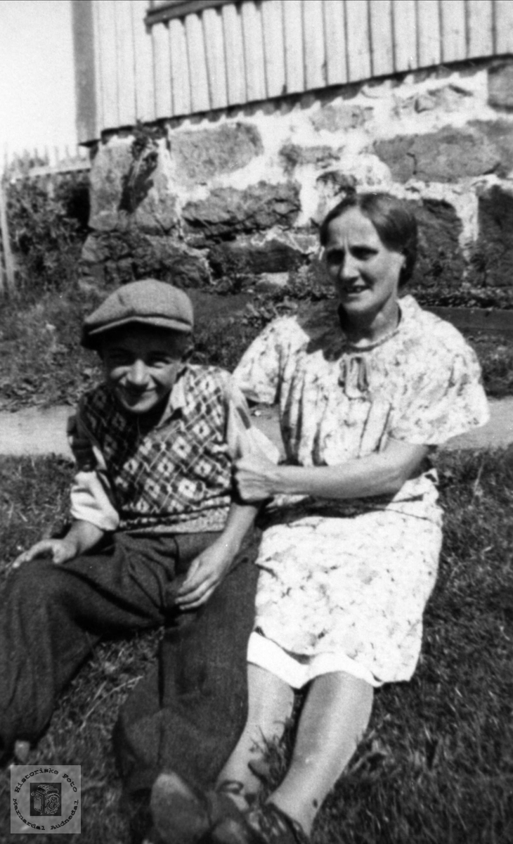 Bror og søster.Kåre og Astrid Hallingsgård, Laudal.