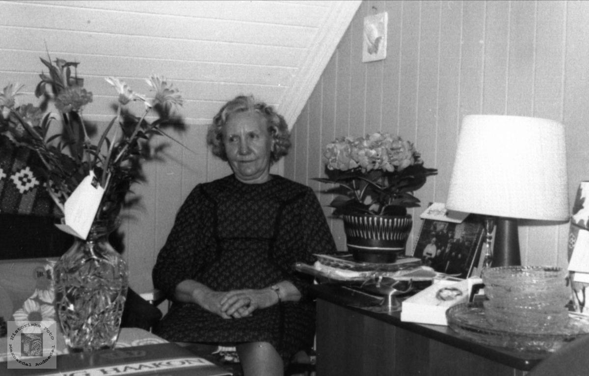 Portrett av 80-åring. Anne Tomine (Mina) Ugland, Laudal.
