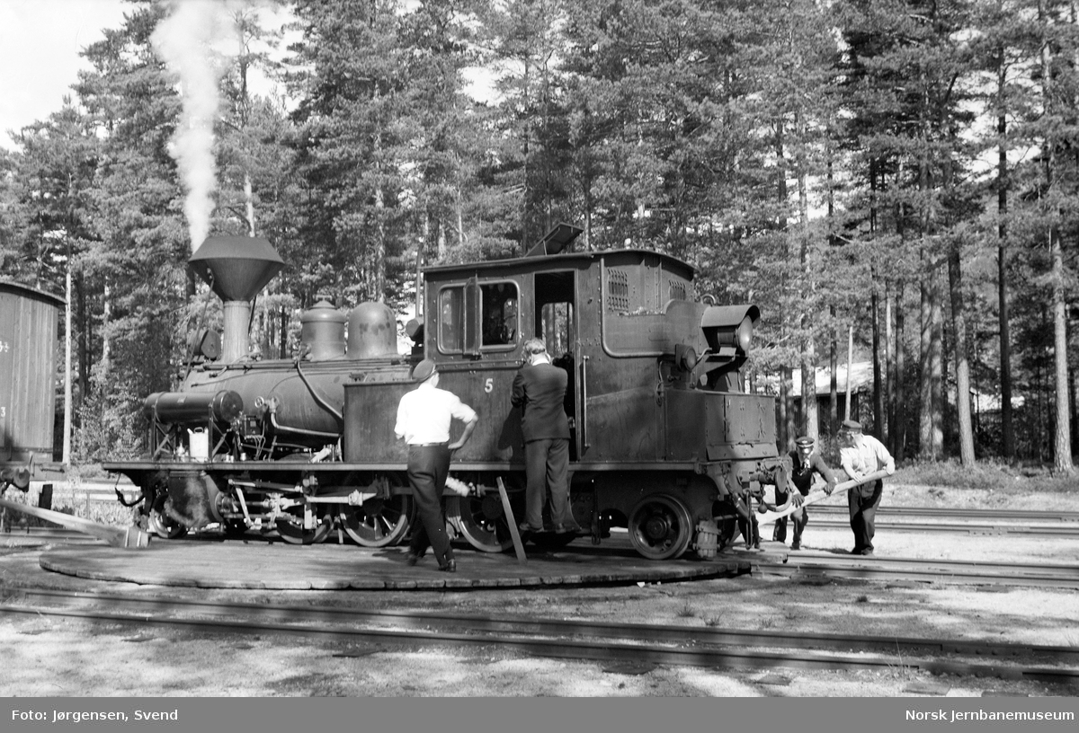 Damplokomotiv nr. 5 på svingskiva på Byglandsfjord stasjon