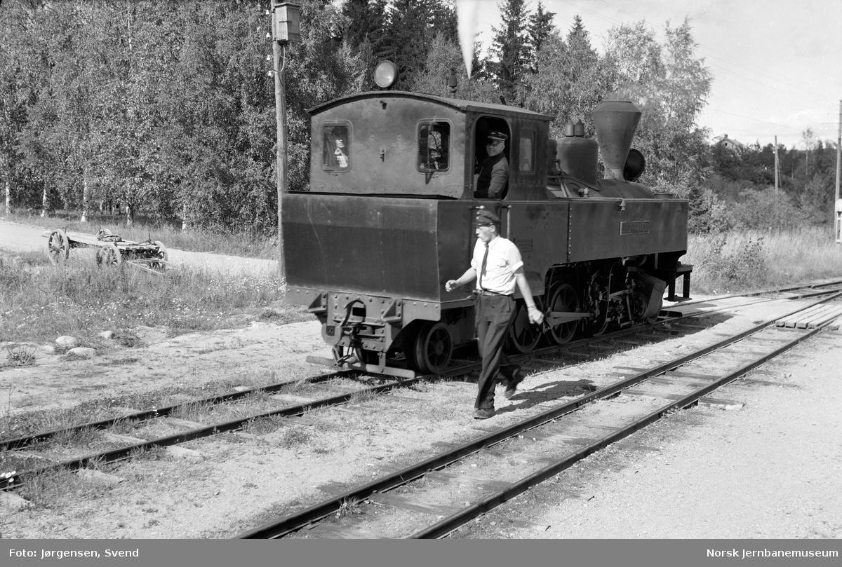"""Damplokomotiv nr. 4 """"Setskogen"""" under skifting på Fosser stasjon"""