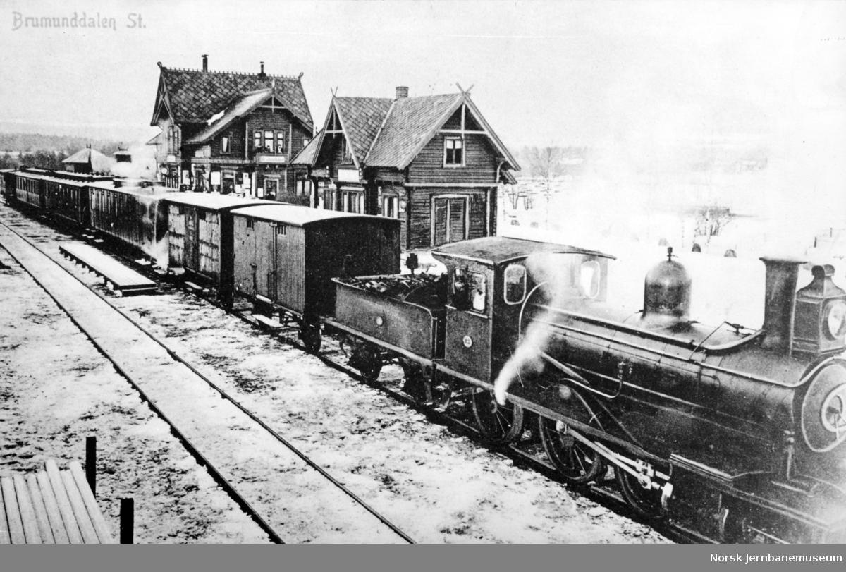 Brumunddal stasjon med sørgående persontog