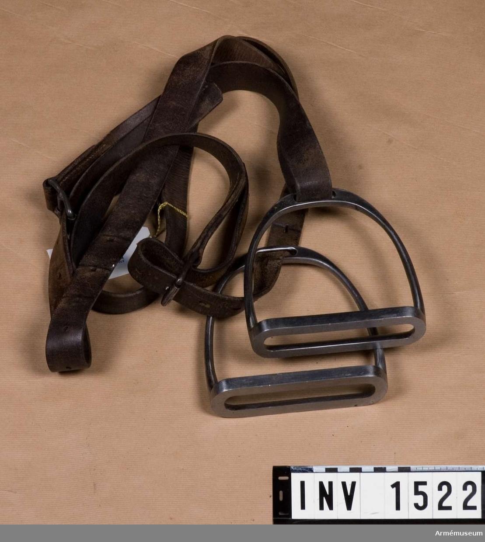 Samhörande nr är 1521-3.    Stigbygelremmar m stigbyglar.Ett par, t sadel m/1900.