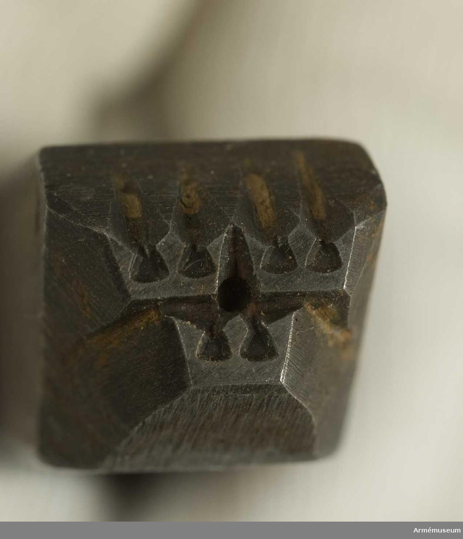 Läderstans D 1 (tre kronor).C:a 1950.Längd 98 mm. Mått 12 x 12 mm.