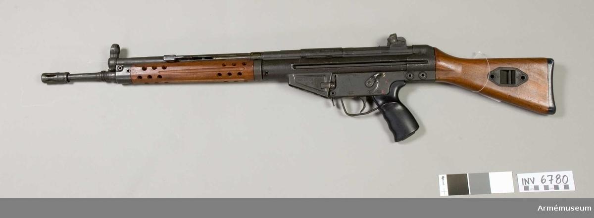 Detta är ett halvreglat vapen försett med låsrullar. Vapnet kan inställas både för hel och halvautomatisk (patronvis) eld. Automatkarbinen matas med ammunition från 20-skottsmagasin. Patronläget har längsgående räfflor. Vapnet har dioptersikte och pelarkorn.Kaliber 7.62 mm. Virsirlinje 578 mm. Siktets gradering 100-400 m. Mekanisk eldhastighet 500-600 skott/min. Praktisk eldhastighet patronvis eld 60 skott/min, automateld 120 skott/min. Magasin med 20 patroner vikt 760 g. Tillverkningsnr 503 F. Märkt HK G3 cal. 7.62 62-503-F.