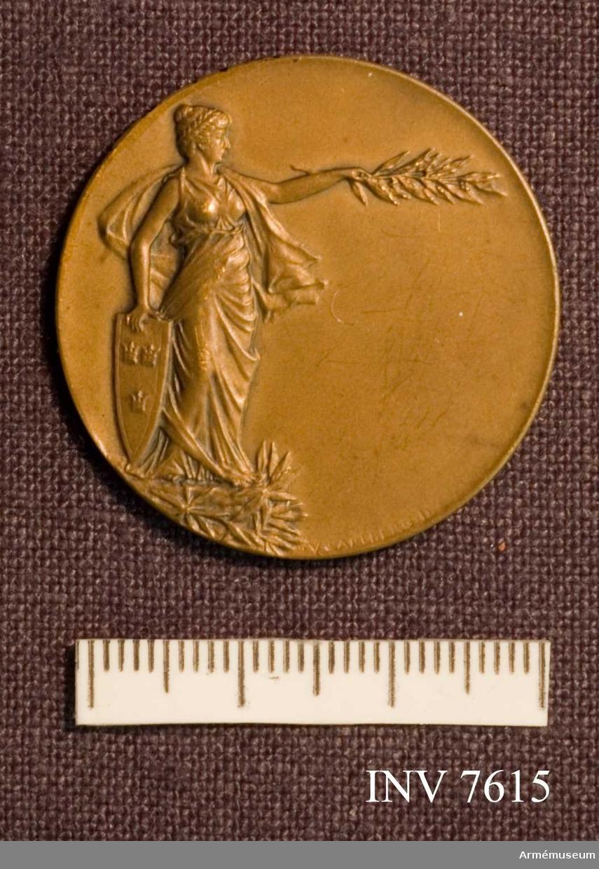 Pris i fälttävlan, brons. Erövrad av fanjunkare Sigfrid H Hultquist 1913. Förvaras tillsammans med AM 7616 i rund, gul och blå ask.
