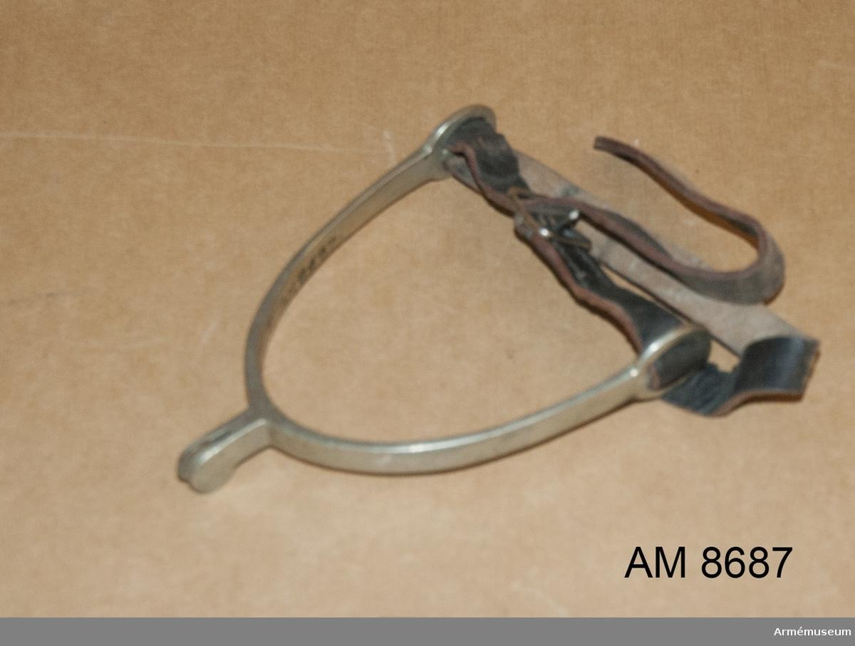 Spännsporre med rem m/1895. Med slät trissa och svart rem. I par 8687-8688.