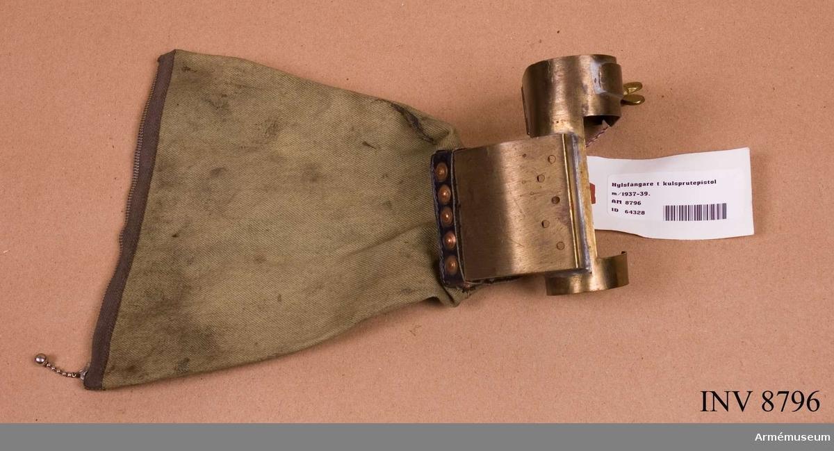 Höjd med påse: 265 mm. Hylsfångare består av: Hylsavledare av mässing med klämfjäder och låsanordning med vingskruv och hylspåse av väv med dragkedja.