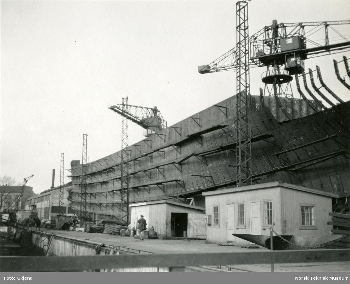 Lastebåten M/S Norma, B/N 446 under bygging på Akers mek. Verksted antageligvis i juni eller juli 1930. Skipet ble levert av Akers mek. Verksted i 1930 til J. L. Mowinckel, Bergen.