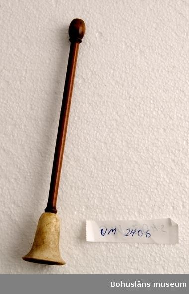 Ur handskrivna katalogen 1957-1958: Cigarrmunstycke L. 17. Trä och horn. Föremålet helt.  Lappkatalog: 95