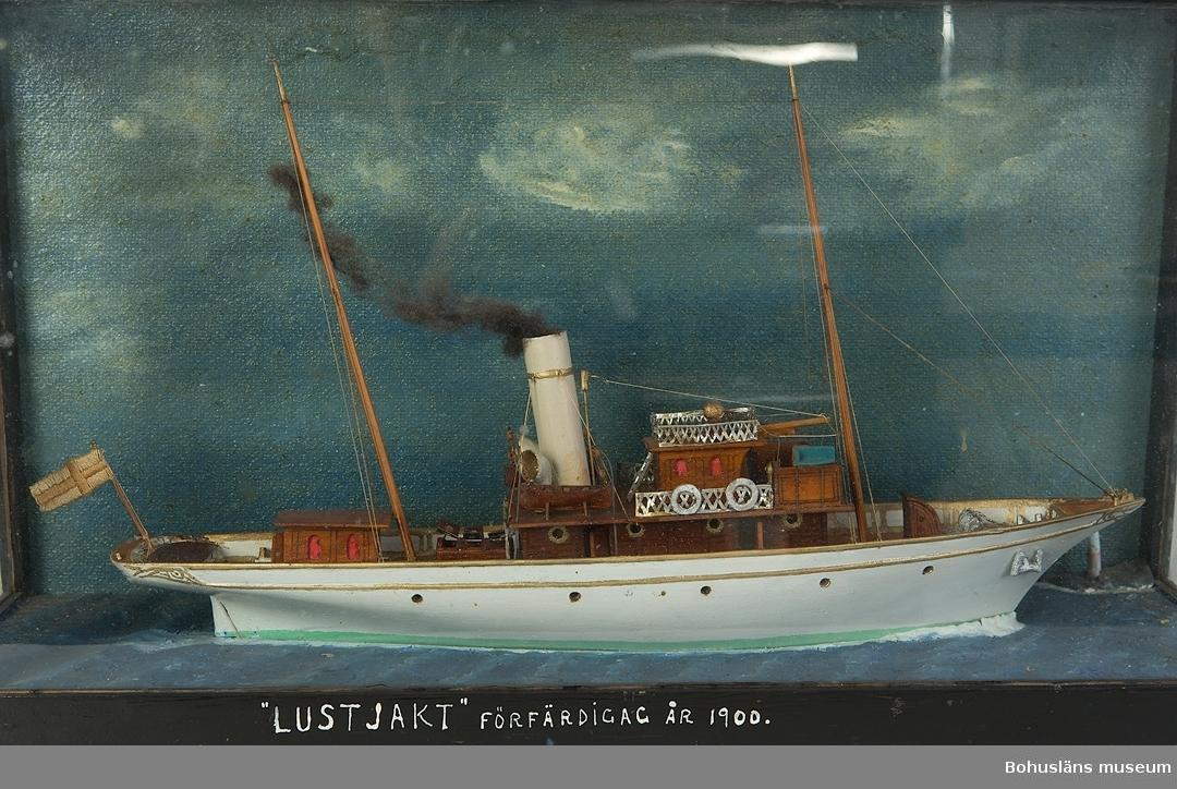 394 Landskap Bohuslän 594 Landskap Bohuslän  Ur handskrivna katalogen 1957-1958: Lustjakt byggd år 1900. Modell i glasmonter. Föremålet. Från kapten Olssons saml., Fiskebäckskil.  För ytterligare information om förvärvet, se UM5087.