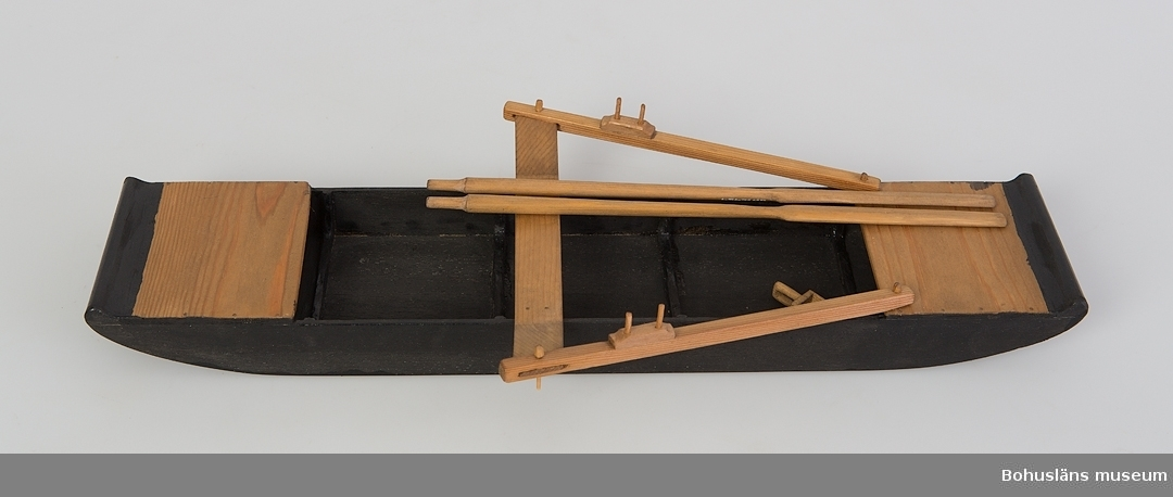 Modell i skala 1:10 av stockeka från 1900-talets början. Till modellen hör åror och öskar.