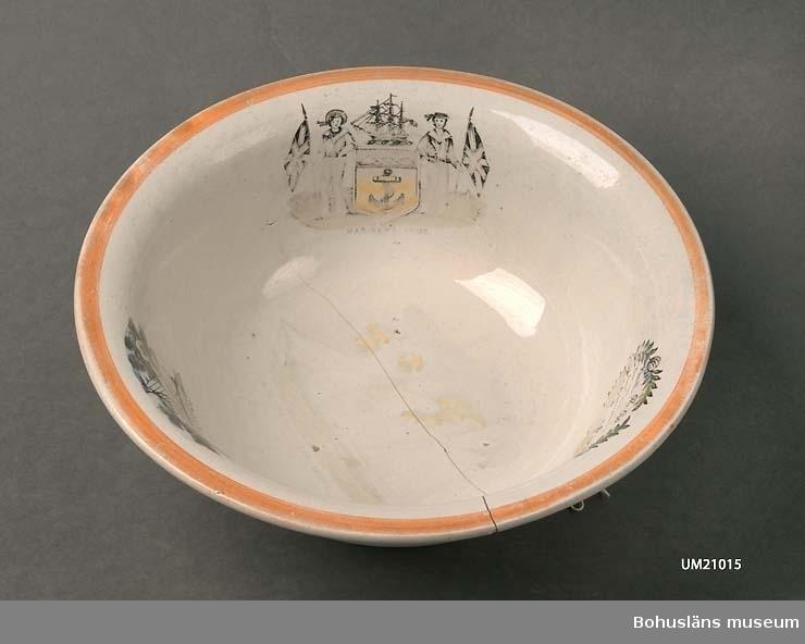 """Mått Fotringens diameter 14 cm. 594 Landskap BOHUSLÄN  Gulvitt med tre ljusbruna breda och två smala handmålade ränder. På insidan tre tryckta dekorationer och spår efter skepp i botten.  Skålen slitet, sprucket, krackelerat. Dekorerad med bl.a. gyllende lysterglasyr  Se bilagepärm under UM4663; artikel """"Skimrar och glänser men inte av kobolt!"""", Nya Antik &  Auktion nr 12 1980."""