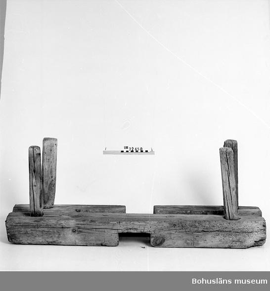 412 Förvärvstillst NÅGOT MASKSTUNGET 594 Landskap BOHUSLÄN  Två bjälkar i kryss i vars vardera ände pinne satts fast som stöd åt tunnan.  UM 128:8