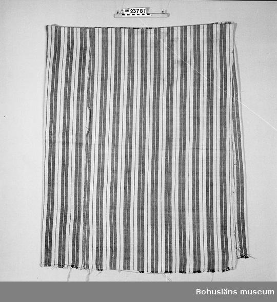 """471 Tillverkningstid 1880?-1920 Blå/vitt/rött/randigt bolstervar. Fylldes ursprungligen med halm, som  sedan ersatts av """"knopp"""" från Kampenhofs bomullsspinneri (knopp = riven lump).  Bolstervaret vävt av flagarn?, det sämsta lingarnet i inslaget, bomull i varpen.  Josefina Andersson f 1855? d 1912."""