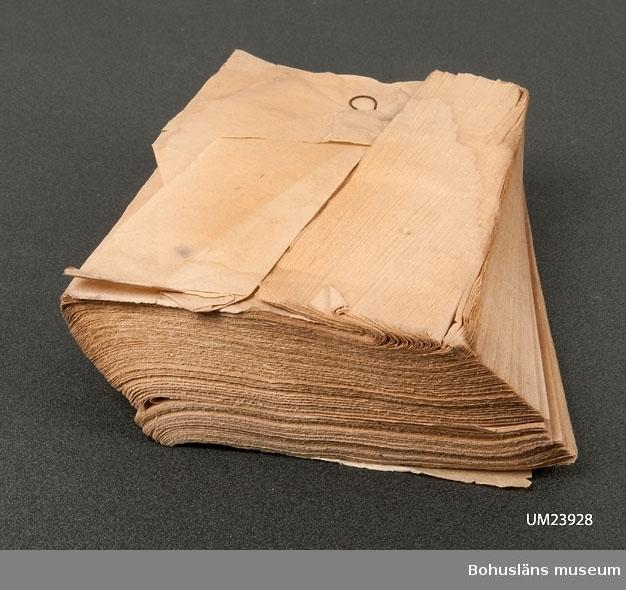 410 Mått/Vikt ! TJ 4 CM  Bunt rektangulära blad sammanhållna av järnögla.