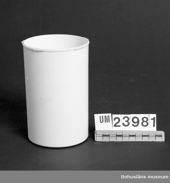 """594 Landskap BOHUSLÄN  Vit plastburk. Stod på disken med blandning av vatten och amoniak vari kammarna doppades för att ta död på ev. lusägg (""""gnetter"""") eller huvudlöss. Lock saknas. Föremål från Brorssons Damfrisering i Kungshamn, se UM023941."""