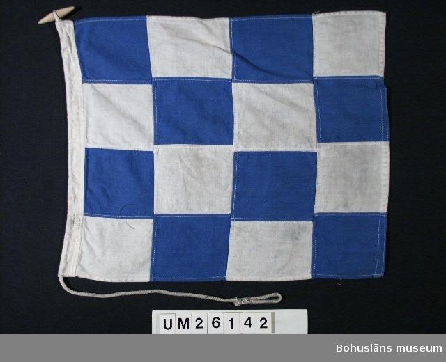 """594 Landskap BOHUSLÄN 503 Kön MAN  Fyra gånger fyra schackbrädeplacerade blå och vita rutor. Betyder: """"Nej"""" (nekande eller """"föregående skall tydas i nekande form"""") Användning; se UM26139.  Personuppgifter; se UM26024."""