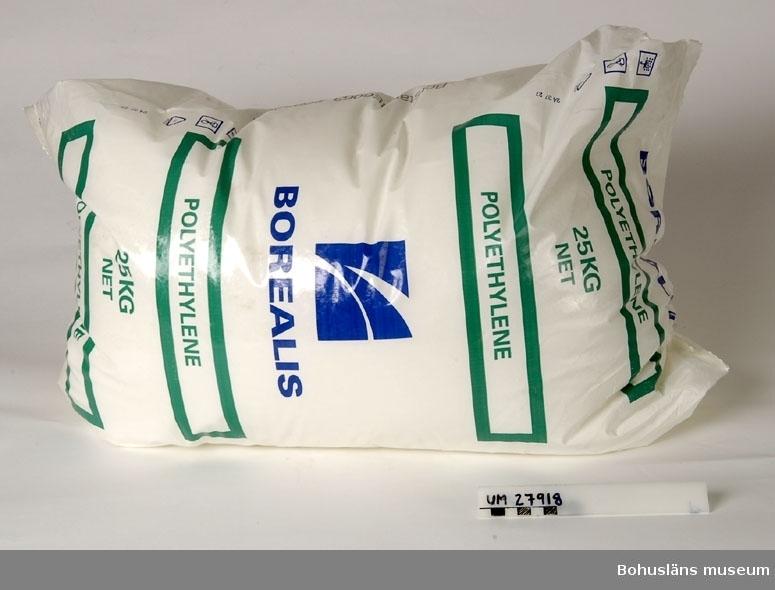 Föremål insamlade i projektet Oil Field Girls - petrokemisk industri i Stenungsund 2003-2004.  Kraftig vit plastsäck innehållande 25 kg pellets. På säcken står tryckt: BOREALIS i blått  BOREALIS POLYETHYLEN 25 KG NET POLYETHYLEN i grönt BOREALIS med logga.  Bohusläns museum har hämtat säcken på Borealis Innovation center där forskningsavdelningen ligger. På forskningsavdelningen tillverkas både rör och kabel för att se hur deras produkter fungerar genom att undersöka en slutprodukt. Annars tillverkas varken rör eller kabel i fabriken.  25 kg pellets räcker till några meter av ett ganska tunt rör.  I projektet gjordes aldrig några arbetsplatssamtal på Borealis Forskningsavdelning.  En säck av pellets var ett förslag som kom från Insamlingsgruppen på Bohusläns museum.  Föremålen är i övrigt resultatet av en direkt inbjudan till deltagarna i projektet att föreslå föremål som skulle kunna samlas in till museet. Flera av föremålen representerar tiden då den petrokemiska industrin byggdes upp i Stenungsund.  Föremålen UM027901 och följande nummer ingår i Delprojekt I : Oil Field Girls - petrokemisk industri i Stenungsund, ett metodutvecklingsprojekt kring den petrokemiska industrin i Stenungsund. Bohusläns museum har i projektet velat pröva och utveckla en metod, där olika grupper i Stenungsund och på industrierna involverats i en insamlingsverksamhet kring Stenungsunds industriella näringsliv och petrokemiska tillverkning.  För uppgifter om insamlingen, se projektets hemsida: http://www2.stenungsund.se/kultur_och_fritid/indkult/oilfield_girls/ (Internetdress 2009).