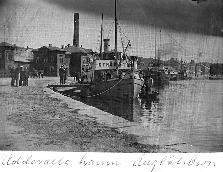 "Text på kortet: ""Uddevalla hamn Ångbåtsbron"". .   ::"