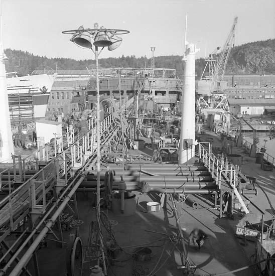 Fartygsdäck under utrustning.