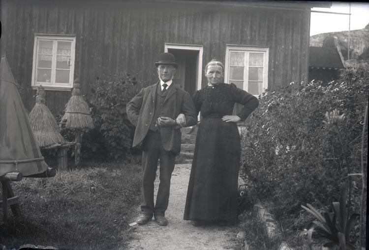 På Kirtarna i Skredsvik hade paret Eliasson bikupor av halm.