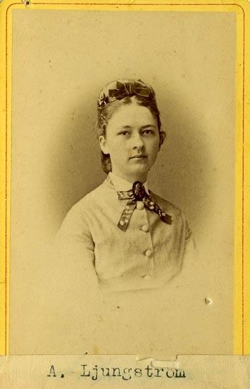 """Text på kortets baksida: """"Mamsell Amalia Ljungström, dotter till Landtmätaren Jonas Patric Ljungström, Säljhugget""""."""