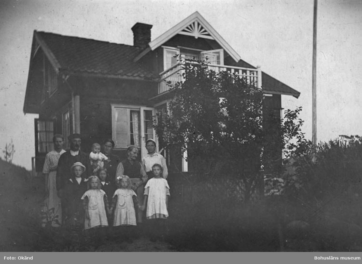 Familjen Bohlin framför boningshuset Manhem i Stenungsund