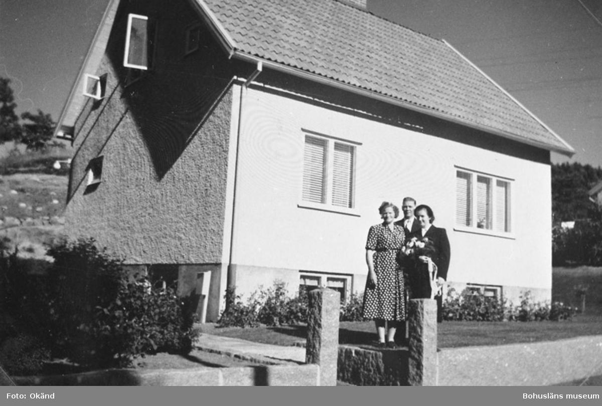 """Text till bilden: """"Herta Busch (t.h.) på sin bröllopsdag med vittnena Maja och Holger Larsson, Kappelev. 42. Herta bodde hos dem inackorderad""""."""