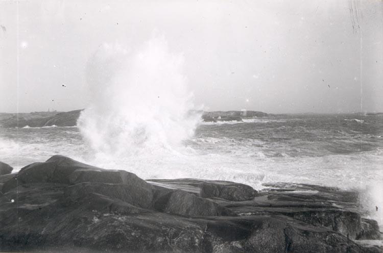 """Noterat på kortet: """"SMÖGEN"""". """"BRÄNNING"""". """"FOTO PAUL SAMUELSON 1925. KÖPT AV DAN SAMUELSON DEC. 1958""""."""