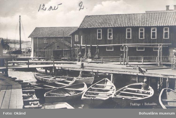 """Tryckt text på kortet: """"Fiskeläge i Bohuslän"""". """"FÖRLAG NORDISK KONST STOCKHOLM"""". Noterat på kortet: """"SMÖGEN""""."""
