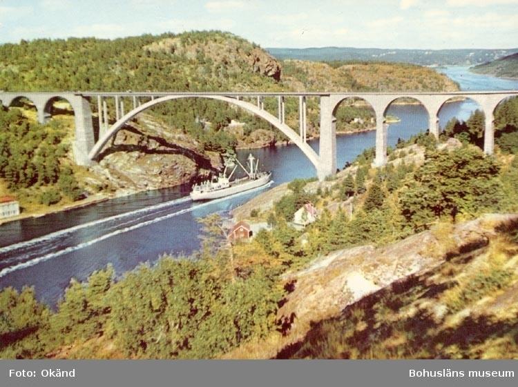 "Tryckt text på kortet: ""Svinesundsbron. Nord-Europas högsta bro, höjd 67m.ö.h."". ""Förlag: Firma. H. Lindenhag, Göteborg""."