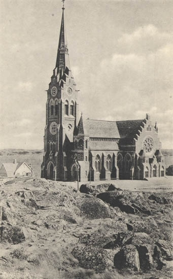 "Tryckt text på kortet: ""Lysekil, Kyrkan"". ""Förlag: A. Hörnfelt, Lysekil""."