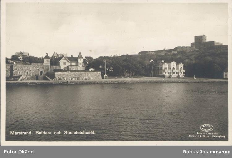 """Tryckt text på kortet: """"Marstrand. Baidara och Societetshuset."""" """"Foto & ensamrätt Almqvist & Cöster, Hälsingborg."""""""