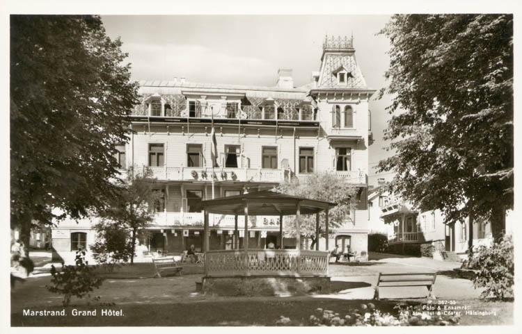 """Tryckt text på kortet: """"Marstrand. Grand Hotel.""""  """"Foto & Ensamrätt AB Almqvist & Cöster Hälsingborg."""" """"Förlag: Axel Hellman, Marstrand."""""""