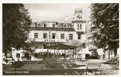 """Tryckt text på kortet: """"Marstrand. Grand Hotel.""""  """"Foto & E"""