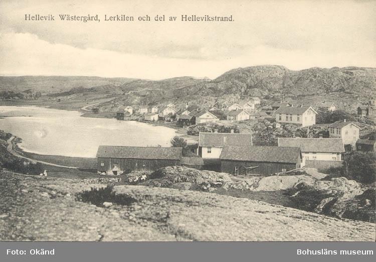 """Tryckt text på kortet: """"Hellevik Wästergård, Lerkil och del av Hellevikstrand."""" """"Svenska Litografiska AB Stockholm."""""""