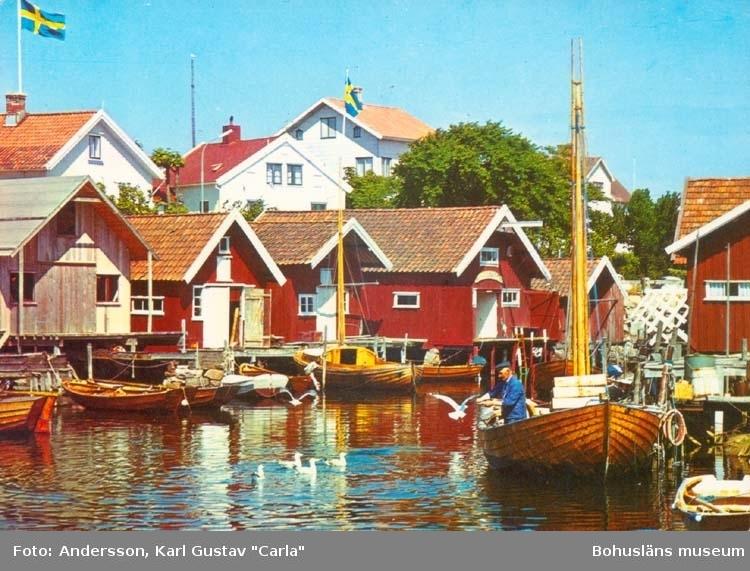 """Tryckt text på kortet: """"Bohuslän: Idylliskt fiskeläge."""" """"Clara-förlaget Lysekil, Tel. 0523/10919. 10320."""""""
