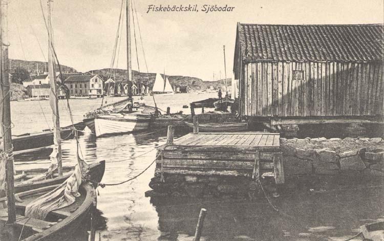 """Tryckt text på kortet: """"Fiskebäckskil, Sjöbodar."""" """"Tekla Bengtssons Pappershandel, Fiskebäckskil."""""""