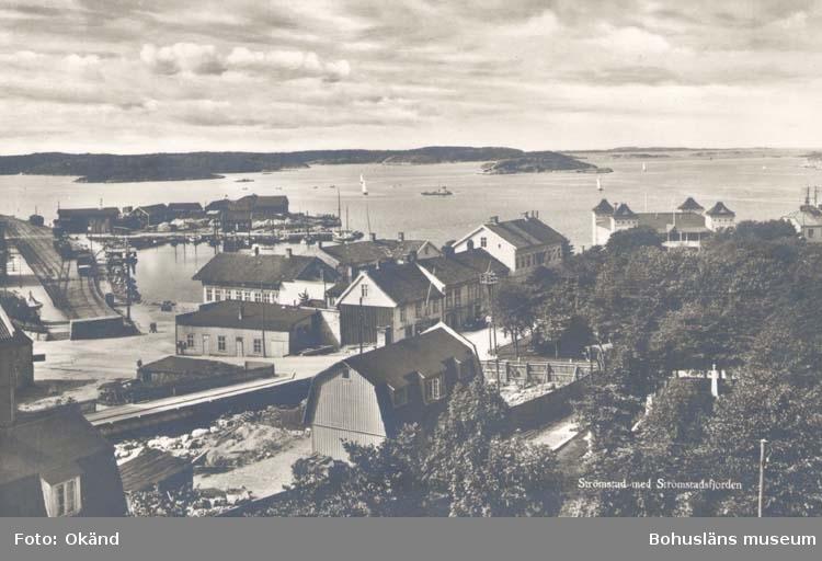 "Tryckt text på kortet: ""Strömstad. Strömstadsfjorden.""  ""Förlag: Nordisk konst Stockholm."""