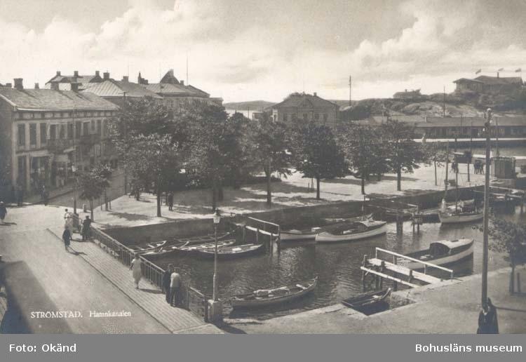 "Tryckt text på kortet: ""Nya Bron, Strömstad.""  ""Förlag: Nordisk Konst Stockholm."""
