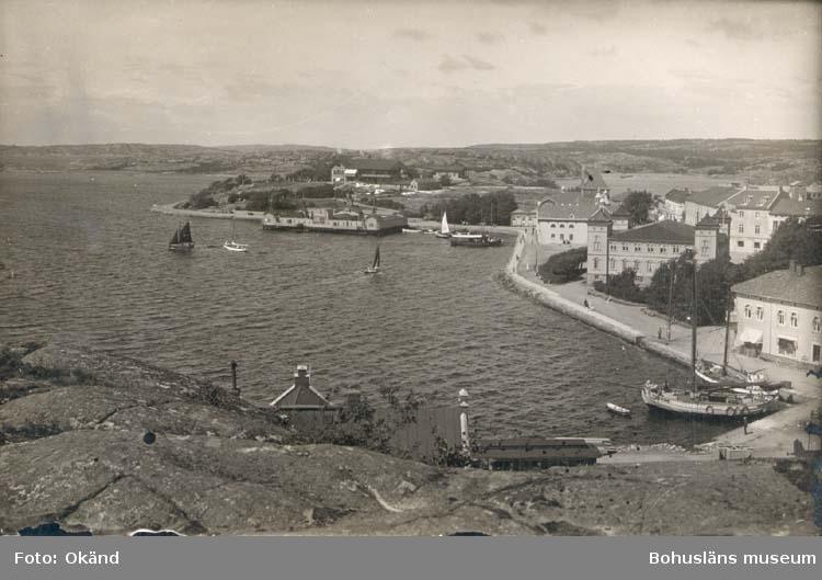 """Noterat på kortet: """"Strömstad. Södra hamnen med Strandpromenaden.""""  """"Foto Nord - Konst."""""""