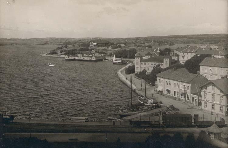 """Noterat på kortet: """"Strömstad."""" """"Huset längst till höger nedbrunnet dec. 1931."""""""
