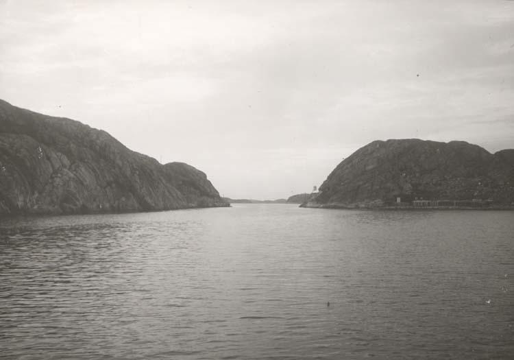 """Noterat på kortet: """"Havstenssund."""" """"Inloppet fr. söder."""" """"Foto (C87) Dan Samuelson 1924. Köpt Dec. 1958."""""""